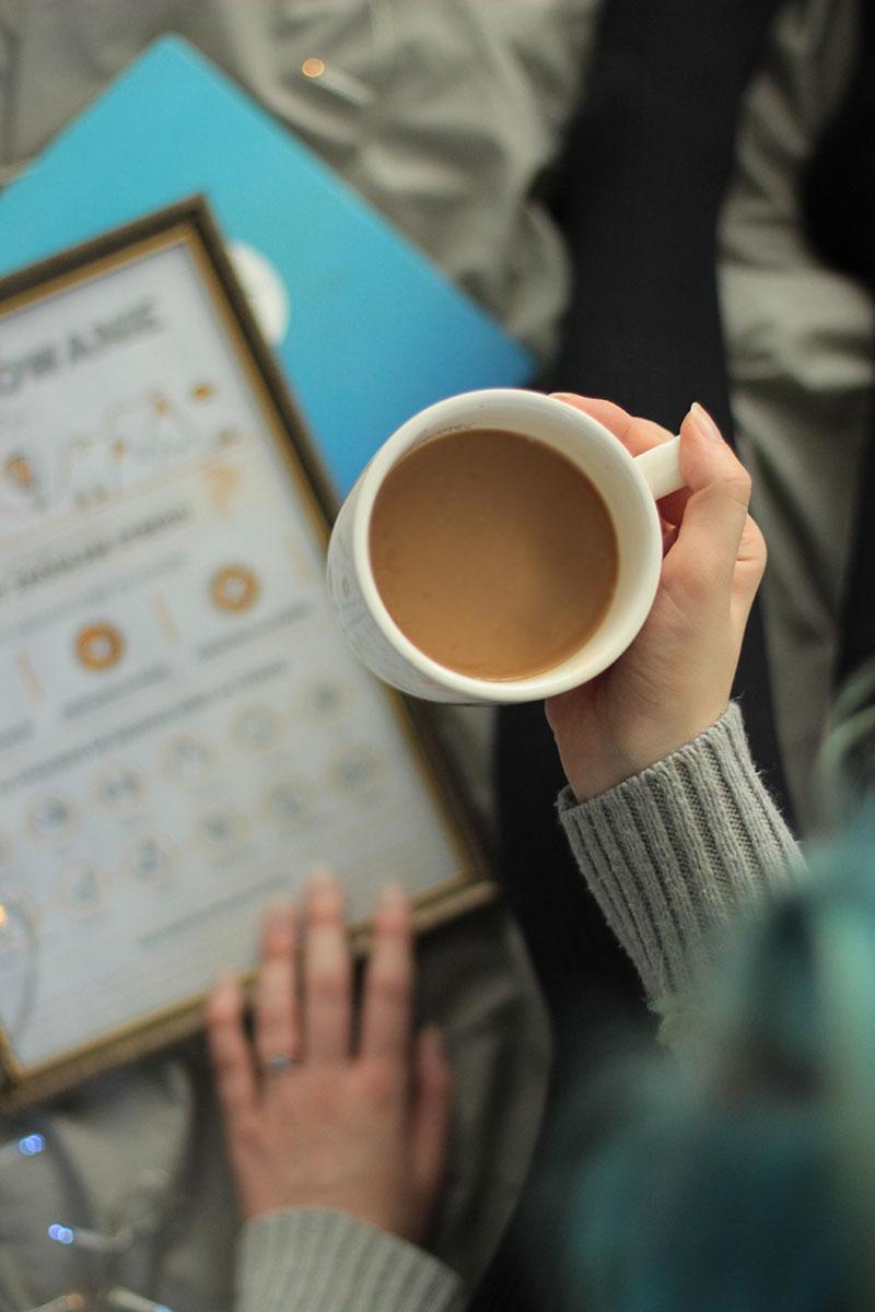 kubek z kawą w dłoni